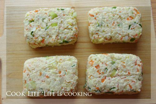 재료 : 두부 1/2모, 다진양파 2+ 1/2큰술, 다진당근 1 + 1/2큰술, 다진파 2큰술, 달걀노른자 1개, 김 1장 당근, 양파, 파를 잘게 다져 분량만큼 준비해 둡니다. 두부를 으깨어 면보에 물기를 짠 다음 그릇에 담아 둡니다. 두부 그릇에 다진 채소들과 감자전분 2큰술, 달걀 노른자 1개, 소금, 후추를 넣고 끈기가 생기도록 치대어 줍니다. 4...