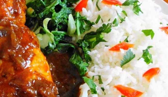 Surinaams eten – Sranang Foroe (rijst met drumsticks en amsoi)