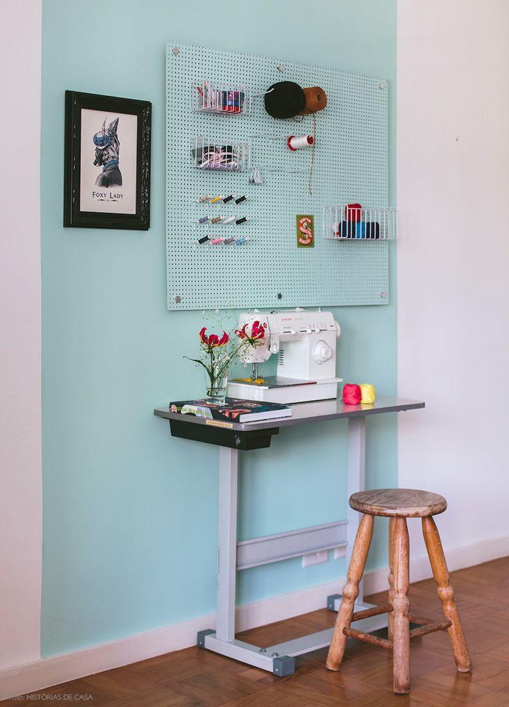 Demarcando espaço na decoração | Ateliê de costura | Decoração com tinta | diferentes forma de pintar uma parede | cozinha integrada e colorida | cor na decoração | cores na decoração | destacando arquitetura com cores | diferentes formas de pintar um ambiente
