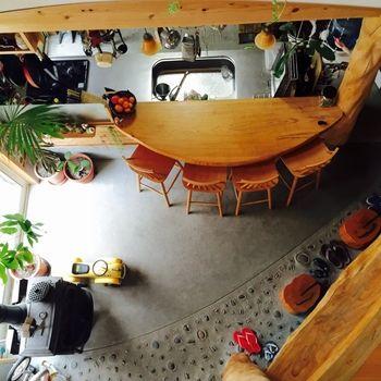 土間キッチンとカウンターテーブルが、まるでカフェのようなおしゃれ感。テーブルが半円状に弧を描いているから、両端の人も自然に視線を合わせて会話ができます。