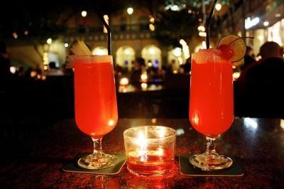 Singapura Sling -   35ml de gin;  1 dose de licor de cereja;  8ml de Cointreau;  8ml de Benedictine;  75ml sumo de abacaxi;  2 doses de xarope de romã;  10ml sumo de lima;  água gaseificada;  Algumas gotas de Angostura bitters;  Pedaços de laranja e cerejas.  Misture todos os ingredientes exceto a água com o gelo, e verta para um copo alto. Acabe de encher o copo com a água e decore com a laranja e as cerejas.