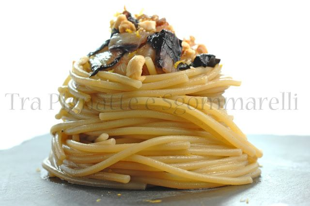 Spaghetti con radicchio, gamberoni, nocciole e arancia