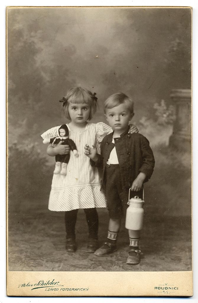 Atelier Schilder cabinet card, 1911 (dated and stamped on reverse)