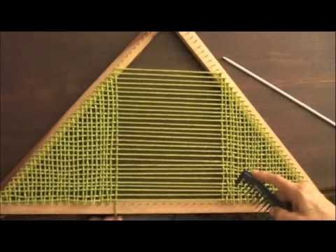 Telar triangular: técnica básica (segunda parte)  practicing weaving and my spanish all at once