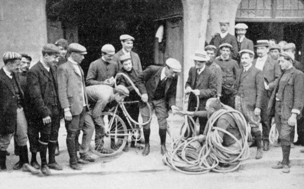 1908 > Attroupement autour de la réparation d'une roue