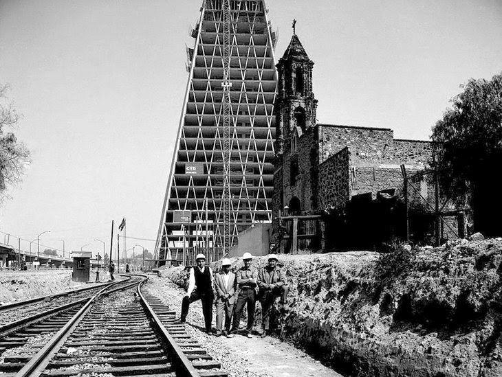 Tlatelolco-Nonoalco, a la derecha la Parroquia de San Miguel Arcangel del siglo XVIII, aun en pie y atras la Torre de Banobras que inicio el proyecto de construccion en 1957 y concluyo en 1962, obra de Mario Pani, hoy Torre Insignia. Imagen tomada antes de la contruccion del conjunto de Tlatelolco. ca. 1960