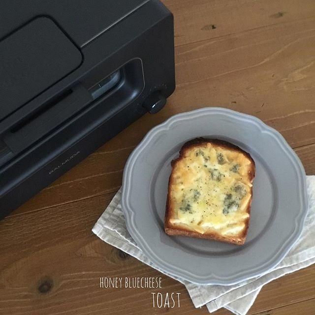 2017/02/04 08:44:53 yuka_cm_cafe おはようございます! * 今日は『ハニーブルーチーズトースト』 * ついに!!バルミューダが我が家に♡ 想像以上の焼き上がりでめちゃくちゃおいしいー!!外さっくりで、中の水分量が残っててもっちりで食感たまらない♪ トーストはよくピザで食べる、シュレッドチーズとブルーチーズに蜂蜜かけるやつ!間違えないー♡ チーズトースト専用モードがあるのも魅力的♡ 楽天ROOMでご紹介中☞プロフィール欄のブログへとんでもらえればブログにリンク貼ってあります☻ #楽天ROOM #ROOMインスタグラマー * こんな人が作ってます→@yuka_cm こちらもフォロー歓迎中です♪お気軽にどうぞ♡