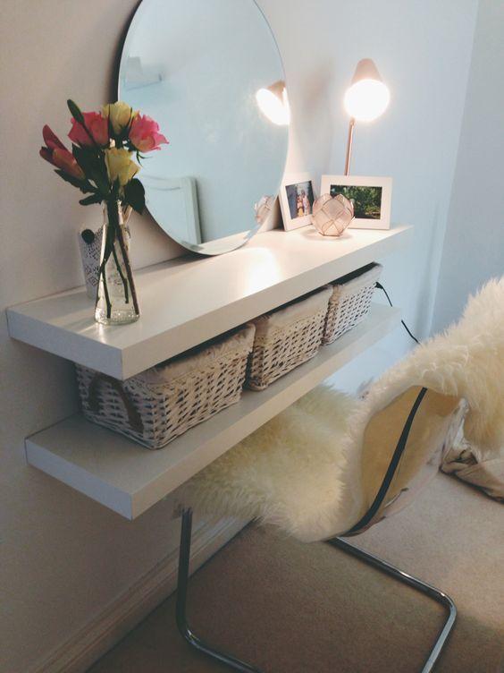 Βάλτε δύο ράφια LACK το ένα πάνω από το άλλο και κρεμάστε έναν καθρέφτη. Βάζοντας και μία καρέκλα, έχετε φτιάξει τον ιδανικό χώρο για κάθε γυναίκα.