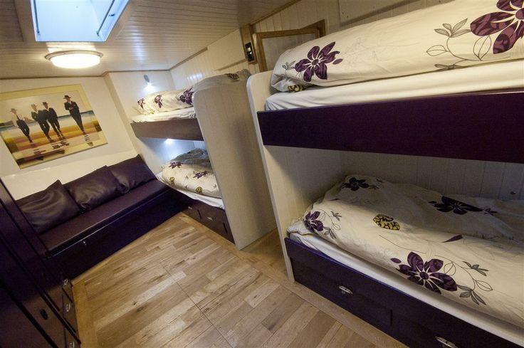 Slaapkamers met stapelbedden zijn ook aanwezig. In totaal biedt sleepboot 'de Langenort' voor 2 t/m 8 personen ruimte.