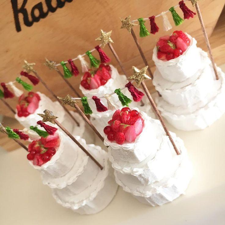 Christmas cake☆ タッセルのケーキトッパーでデコレーションし、大人っぽく少しシンプルに☆  6㎝×6㎝の台座の上に、カップケーキとクリスマス雑貨を乗せて完成予定です❤️ 今回は、少し大人なクリスマスを演出してみました。  本日中に完成写真upできるかなぁ。 娘のお昼寝次第ですが、楽しみにしていただけると嬉しいです❤️ #ミニチュア  #miniature #ドールハウス #dollhouse  #Christmas #クリスマス