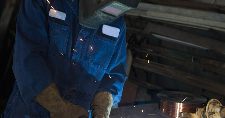 ¿Cuánto ganan los soldadores?. La paga de un soldador usualmente se basa en un salario por hora más que en un salario anual, lo cual beneficia al soldador porque el trabajo a menudo requiere horas extra. Los trabajos más básicos de un soldador tienen un salario promedio de sólo alrededor de US$10 por hora, pero los soldadores pueden ganar mucho con experiencia, educación y ...