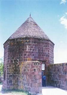 Elti Hatun Efsanesi  Tunceli ili Mazgirt ilçesi merkezinde bulunan Elti Hatun Türbesi 14. yüzyıl eseri bir kümbettir. Ýçinde ikisi büyük , bir tanesi de küçük olmak üzere birbirine yapışık üç tane mezar bulunur. Mazgirt ilçesi ve yöresi uzun süre Akkoyunlular'ın idaresinde kalmıştır. Akkoyunlu hükümdarý Uzun Hasan'ın yanında bulunan kız kardeşi Elti Hatun hastalanýr. Artık öleceðini tahmin eden kadın , kardeşi Uzun Hasan'a: Ben yılandan çok korkarım. Şayet ölürsem benim tabutumu yere gömme…