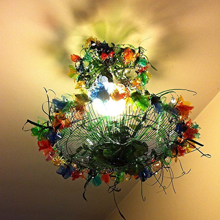 Riutilizzo di una griglia di un ventilatore ,catene ,fiori realizzati con bottiglie di plastica per la realizzazione di questo lampadario