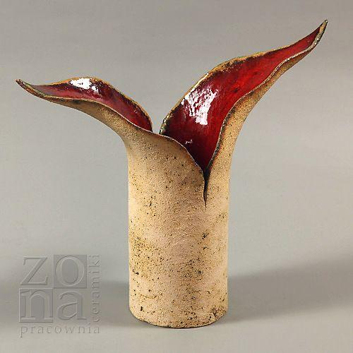 http://www.trendymania.pl/pracowniazona,galeria,dostepne ŚWIECZNIK 2listny czerwony  Świecznik uformowany ręcznie z jasnej gliny szamotowej. Wypalony w temp 1150*C.  Wewnątrz szkliwiony czerwonym, efektowym szkliwem błyszczącym, zewnątrz natomiast pokryty delikatnie tlenkiem miedzi.  Autor: PRACOWNIAZONA