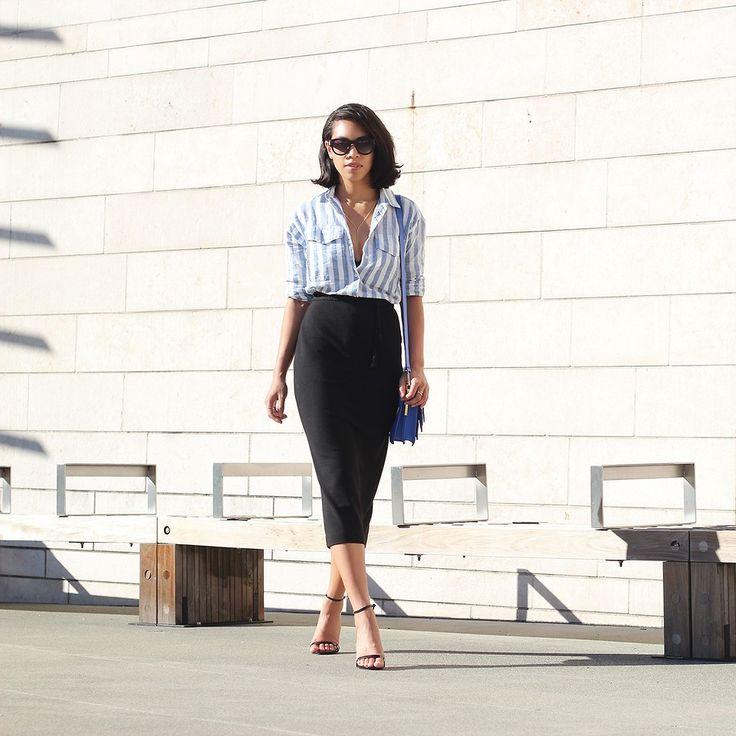 полосатая рубашка с черной юбкой