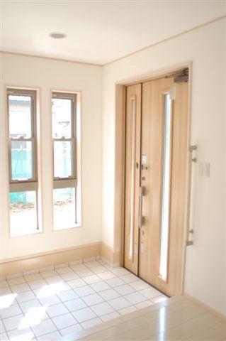 この画像のページは「【玄関の窓】窓で採光&通風を確保して運気を呼び込む玄関に!!」の記事の1枚目の画像です。とっても明るい玄関 窓も大きく開放的! まさしく幸運を呼び込みそうな玄関です関連画像や関連まとめも多数掲載しています。