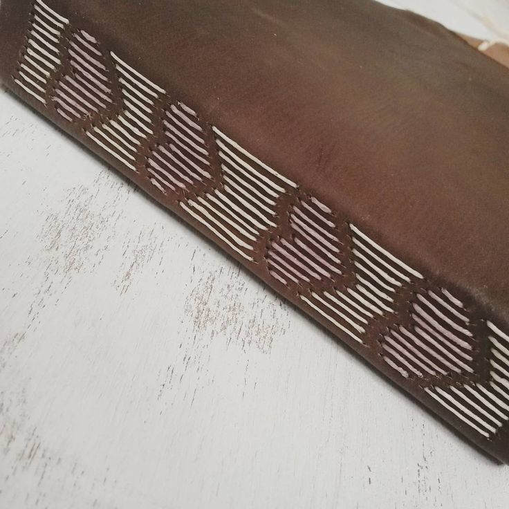 Diario de cuero cosido a mano con diseño de corazones y puntadas bastante largas - Handsewn leather journal with pretty heart design long stitch