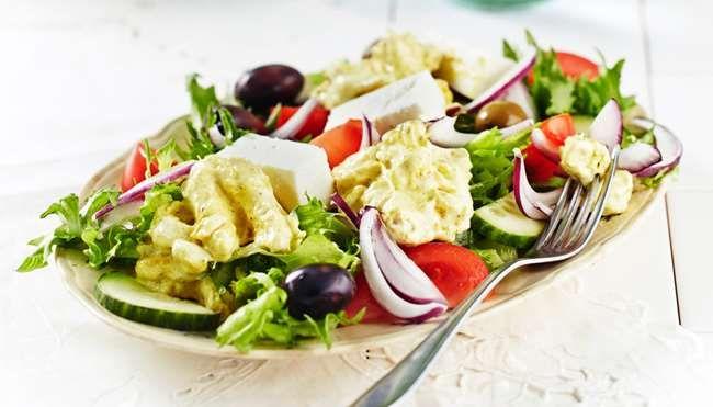 Kreikkalaisessa kanasalaatissa maistuvat raikkaat kasvikset, feta ja oliivit. Broileri-currymajoneesiseos mehevöittää salaatin.