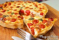 Quiche de Tomate, Parmesão e Manjericão, perfeito para um almoço de verão. Clique na imagem para ver a receita por completo no Manga com Pimenta.