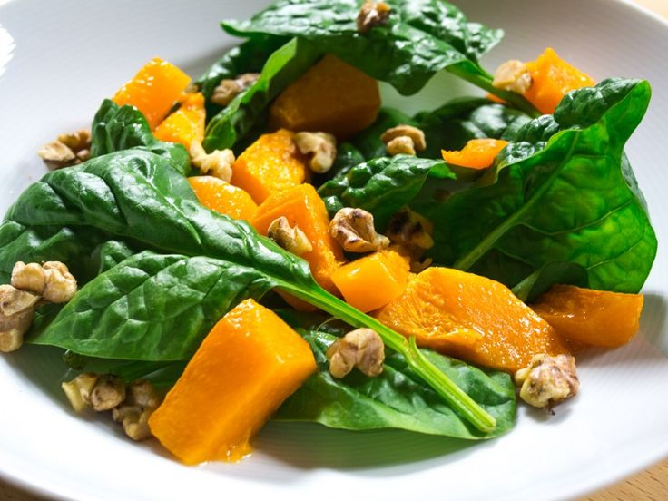 Butternut squash is a delicious and versatile vegetable. They're great in healthy salads, soups or as a side dish. Here's a colorful recipe with warm butternut squash chunks with crispy spinach and roasted walnuts packed with nutrients.  This recipe yields 4 servings.  Ingredients 650 g roughly chopped butternut squash 100 g rinsed and dried spinach 70 g roasted walnuts Salt 1 tablespoon