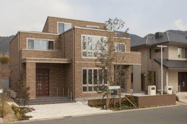 ブラウンの総タイル貼りに フラット屋根の外観が印象的な外観 家 外観 外観 ハイム