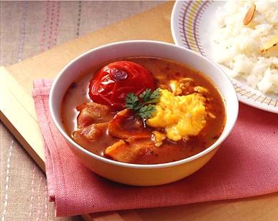 (1) ベーコンは半分の長さに切り、さっと焼きます。  (2) 卵はコショーを加え、サラダ油を熱したフライパンに流し込み、スクランブルエッグを作ります。トマトはへたをとり、オーブントースターで軽く焦げ目がつくまで焼きます。  (3) 小さめのなべに水を入れ、火にかけます。  (4) 沸騰したらいったん火を止め、『特製濃縮スープ』を加えて溶かし、再び火をつけ、ひと煮立ちさせます。  (5) 器に『香りスパイスオイル』を入れ、(3)のスープカレーを注ぎます。  (6) (1)のベーコン、トマト、スクランブルエッグをのせます。  ※お好みで『辛味調整スパイス』を加えてください