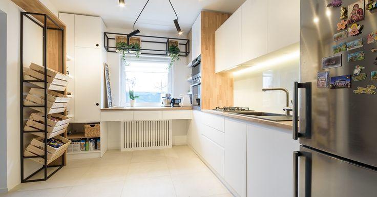 O bucătărie pentru iubitorii de frumos şi de gătit. Mobilierul este simplu, fără frezări sau mânere. Albul fronturilor este armonios completat și încălzit de nuanțele de lemn ale celor două blaturi şi a unui front lateral care sparge monotonia. Designul…