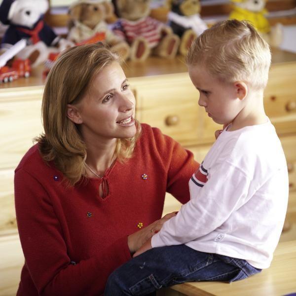 PORQUE LOS PADRES NO DEBEN GRITAR A LOS NIÑOS. RAZÓN 1/10 Hablar en tono suave hace bajar el furor. Cuando un niño esté enfadado, hablarle en tono suave hará que él se detenga y cambie de actitud.