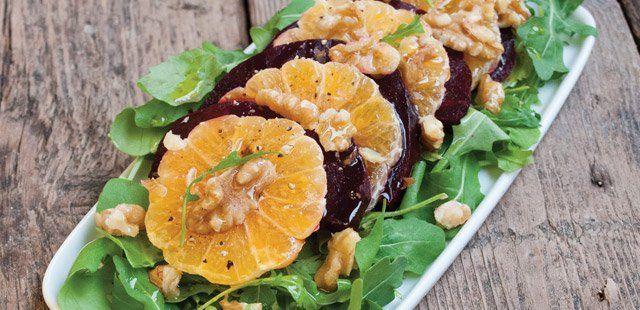 Sałatka z mandarynkami i pieczonymi burakami na rukoli