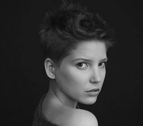 Szabó Zsófi is megszabadult hosszú tincseitől. Ez a rövid változat sokkal nőiesebbé és karakteresebbé teszi az arcát.