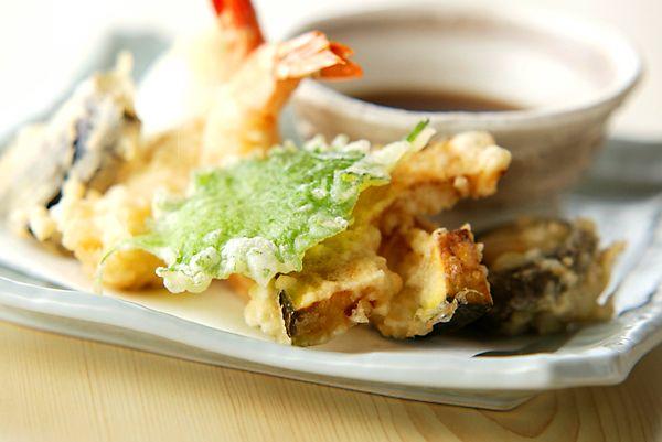天ぷらの衣をサクッと揚げるには?衣の混ぜ方と油の温度にコツがあった!慣れれば簡単だから、いっぱい作ってくださいね!天ぷら/中島 和代のレシピ。[和食/揚げもの]2002.05.06公開のレシピです。