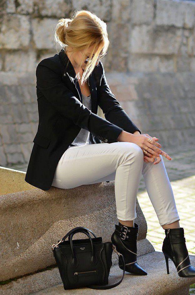 Witte broek, grijs hempje zwarte blazer, hak laarsjes
