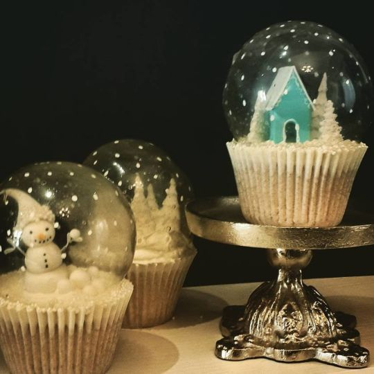 These Snow Globe cupcakes are completely edible! Wow. Just wow.