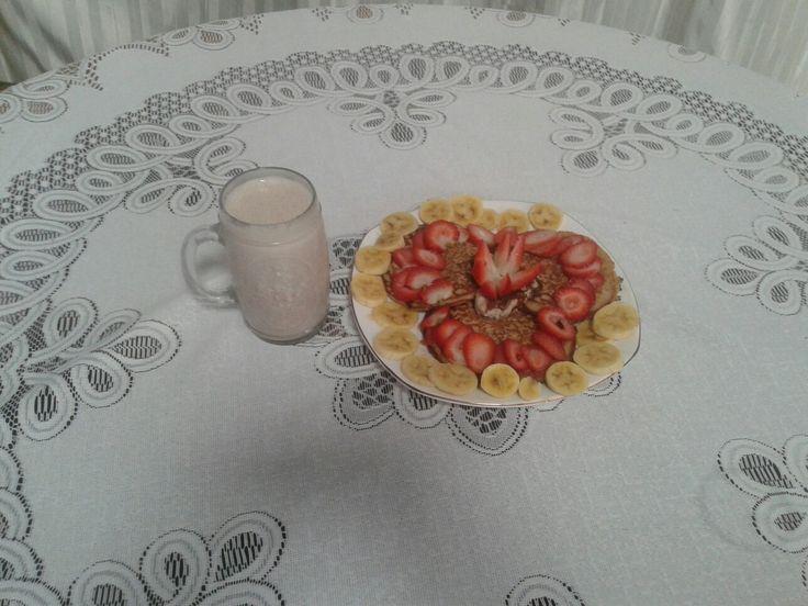 Healthy breakfast for your mom. Desayuno saludable para tu mamá.  Pancakes de proteína con banano fresas y un chorrito de miel para endulzar, acompañada de una buena proteína isolatada.