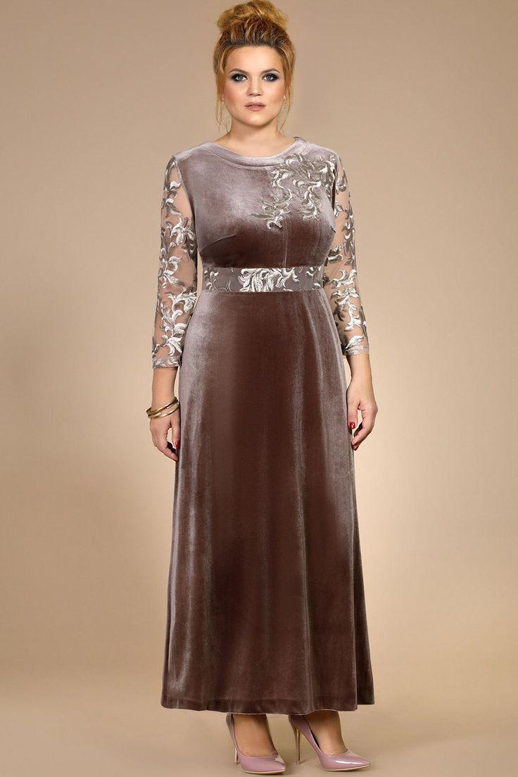 Платье женское нарядное, удлиненное без подкладки. Выполнено из трикотажного полотна (велюр, тянется) в сочетании с кружевом (не тянется). По спинке потайная тесьма – молния и разрез. Декором служит отделка, настроченная по переду платья. Длина платья – 136 см. Длина рукава  - 52 см. Ширина рукава в пройме – 42 см.