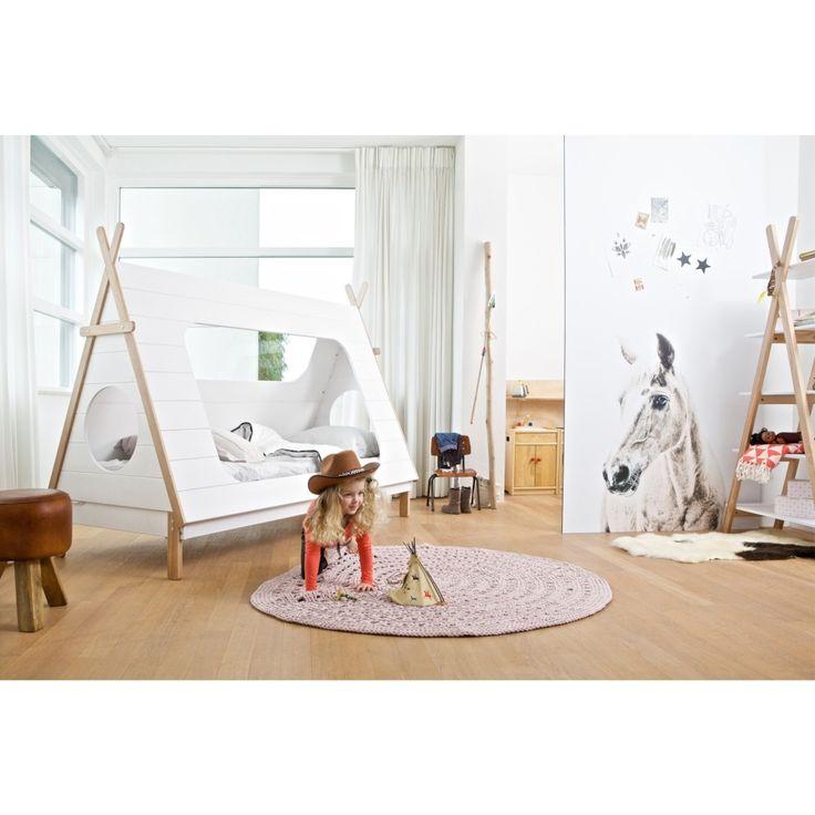 De Woood Tipi boekenkast past in elke kinderkamer! De kast uit de Tipi-serie is modern ontworpen en is geïnspireerd door de tipi.
