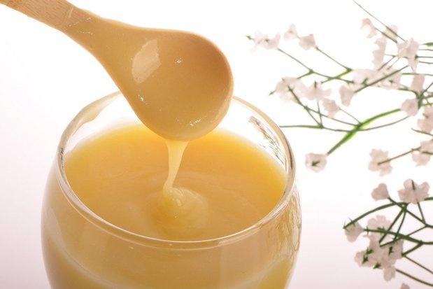 """Mateří kašička je """"VIP"""" látka, ke které mají ve včelím světě přístup pouze zasvěcení. V lidské říši nalézá tento """"elixír života"""" mnohem všestrannější uplatnění. Hodí se také k péči o vlasy – díky jedinečnému biologickému složení pozitivně působí na jejich růst a kvalitu. Dokonce pomáhá zabraňovat nadměrnému vypadání."""