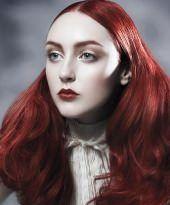 Lange, voluminöse Locken mit Mittelscheitel für rote Haare