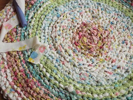 Good DIY Rag Rug With Old Sheets Or T Shirts   Good Video Tutorial And No Sewing!  Fideo Da A Dim Gwnio! | Knit And Crochet | Pinterest | Tutorials