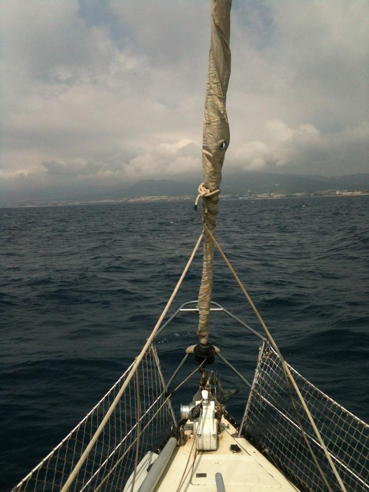 Jornada de Team Building, rumbo hacia nuevos retos.  El viernes pasado nos embarcamos parte de equipo de Only Media Web en un velero para hacer una pequeña travesía ante el puerto de Mataro, el viento nos acompaño y pudimos disfrutar de una jornada de trabajo diferente.