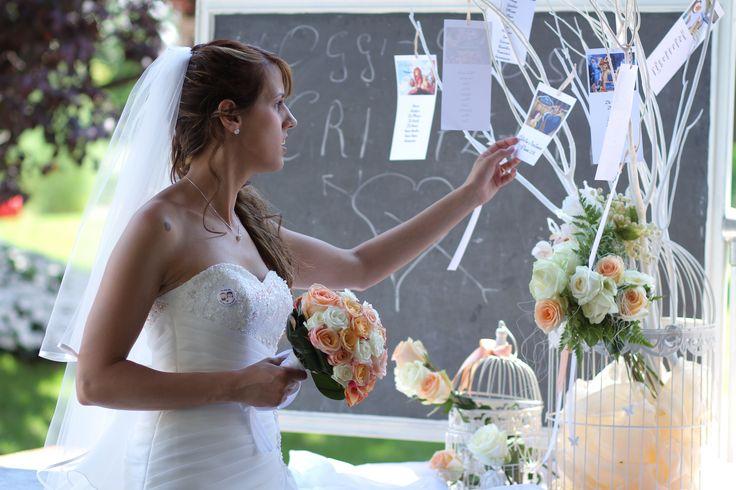 Il tableau realizzato con gabbiette, rami bianchi, fiori e i cartellini con le favole Disney