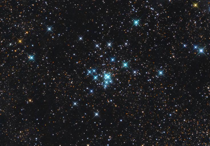 М21, рассеянное звездное скопление в созвездии Стрельца. Это скопление находится довольно далеко от нас, на расстоянии свыше 4 тысяч световых лет, поэтому невооруженным глазом оно не видно. Однако даже небольшой бинокль без труда разрешает его на звезды. Скопление М21 очень молодо — его возраст оценивается в 4,6 миллиона лет.