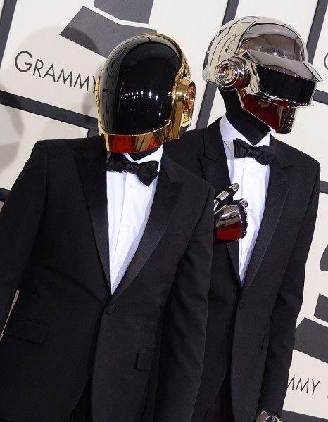 Nombreux sont les fans de Daft Punk à se demander à quoi peuvent bien ressembler Guy-Manuel de Homem-Christo et Thomas Bangalter sans leurs casques.  http://www.elle.fr/Loisirs/Musique/News/Pretaliker-Les-Daft-Punk-tombent-enfin-le-casque-2908464