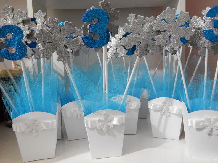 Centro de Mesa Frozen em cachepô de papel com aplique e laço com strass.  Pode ser personalizado em todos os temas.