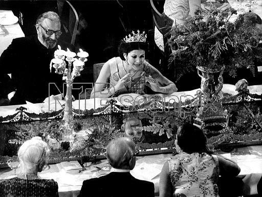 ©SCANPIX SWEDEN, 1979-12-10 Nobelpriset 100 år. Nobelbanketten 1979. Bilden: Drottning Silvia (mitten) var synnerligen road av festen och konverserade mer än artigheten bjuder. Inte minst Solveig Fälldins bordskavaljer, fysikpristagaren Abdus Salam, men även energiskt med gästerna på motsatta sidan av bordet. Foto: SCANPIX Code: 20360