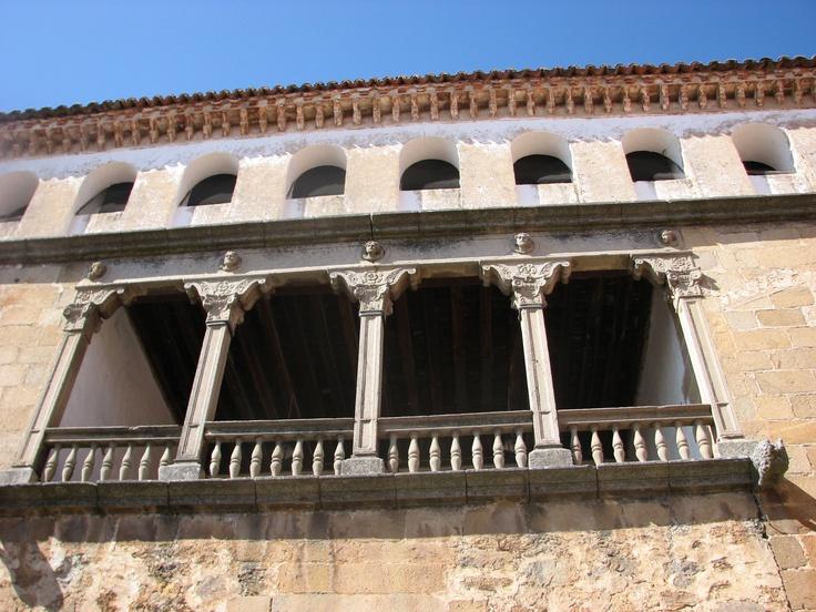 Detalle de uno de los balcones del Palacio de los Manrique de Lara, uno de  los edificios renacentistas más bellos de Extremadura.