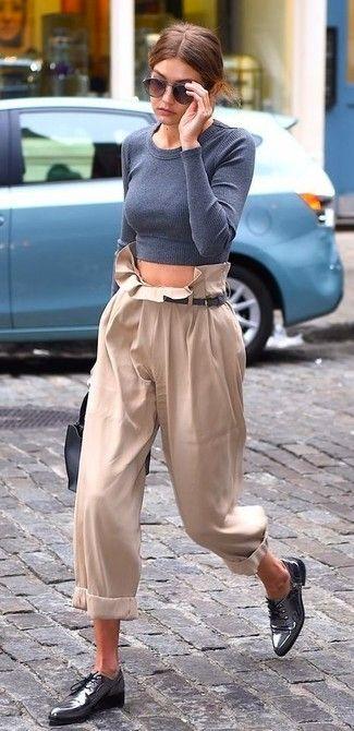 Look de Gigi Hadid: Jersey Corto Gris, Pantalones Anchos en Beige, Zapatos Oxford de Cuero Grises, Bolso de Hombre de Cuero Negro