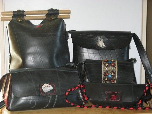 """Ulla Bjørnsen ·  Tasker i gummi - dansk design og produktion  Kig forbi standen og se de mange forskellige modeller - der er ikke to der er ens.  Gummi er et materiale, som indbyder til både """"det rå look"""" og den """"fine"""" taske alt afhængig af, hvad lås og andet tilbehør man sætter på. Du vil også se smykker lavet af cykelslanger, sølv og forsk. halvædelsten."""