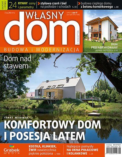 Okładka nr 8/2014 czasopisma Własny Dom. Dom pokryty blachą na rąbek nad stawem. Ramą kadru ciemne pochylone drzewo w cieniu.