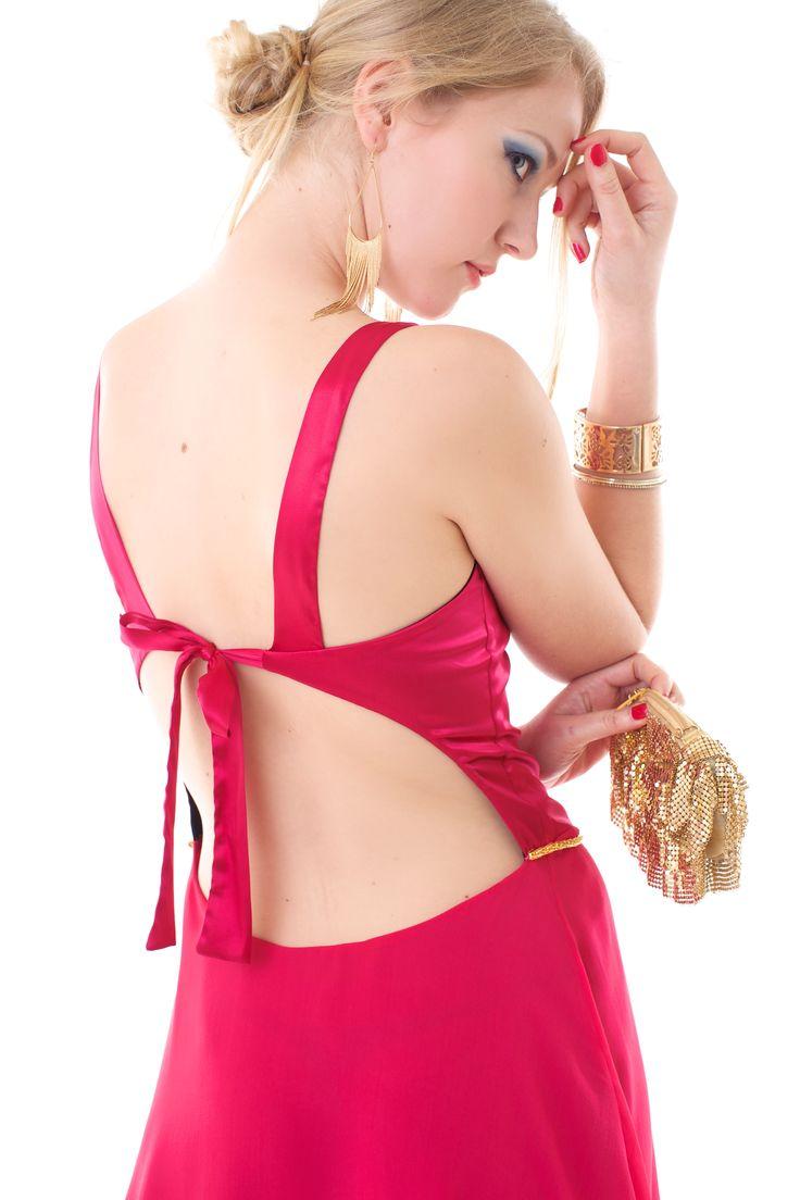 Vestido corto Budapest. De satén elastizado y gasa, forrado. Moño en la espalda y cinto dorado. Combinación Fresa- Negro T1-T4
